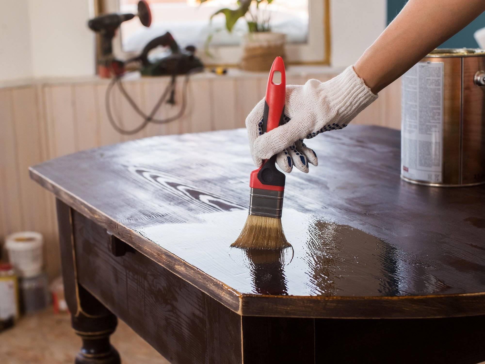 Чем качественно и быстро почистить полированную мебель