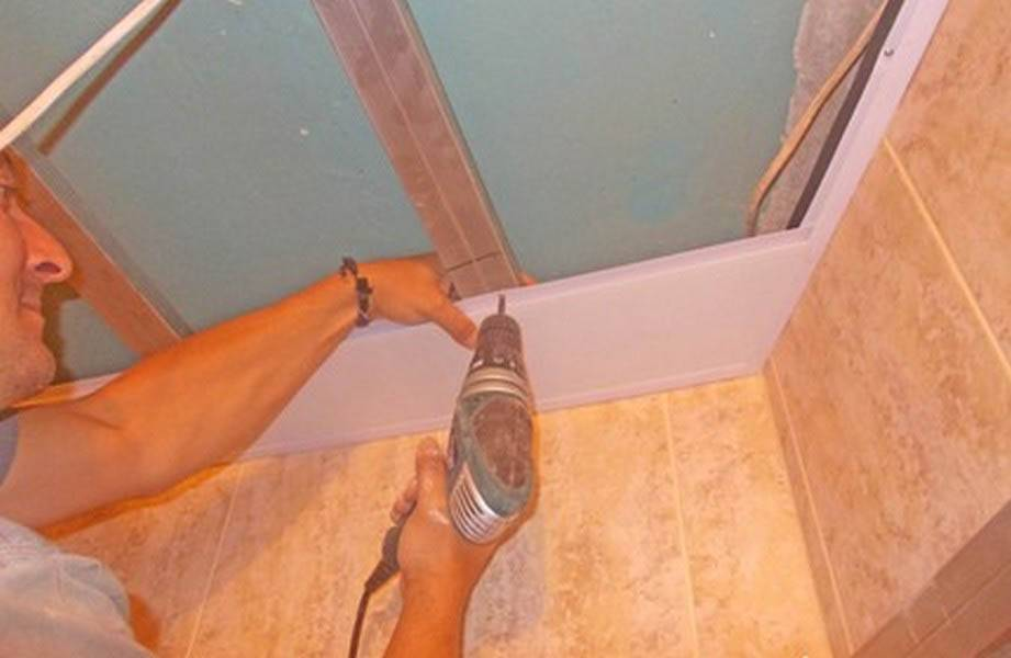Пластиковый потолок в ванной: особенности монтажа своими руками