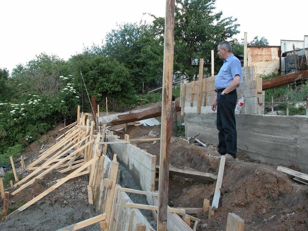 Фундамент на склоне - ступенчатый, ленточный, мелкозаглубленный, свайный. строительство фундамента на склоне своими руками