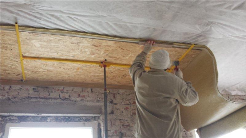 Тонкости подшивки потолка по деревянным балкам