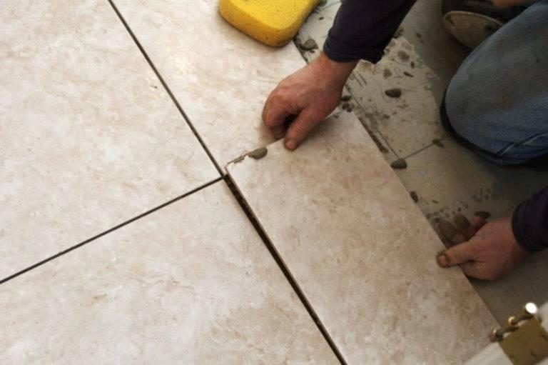 Напольная плитка со вставками: белые модели с декоративными квадратиками на пол, использование квадратных вставок из керамогранита для расстановки акцентов