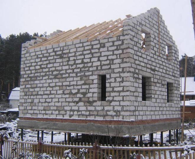 Дом из пеноблоков на сваях винтовых: строительство