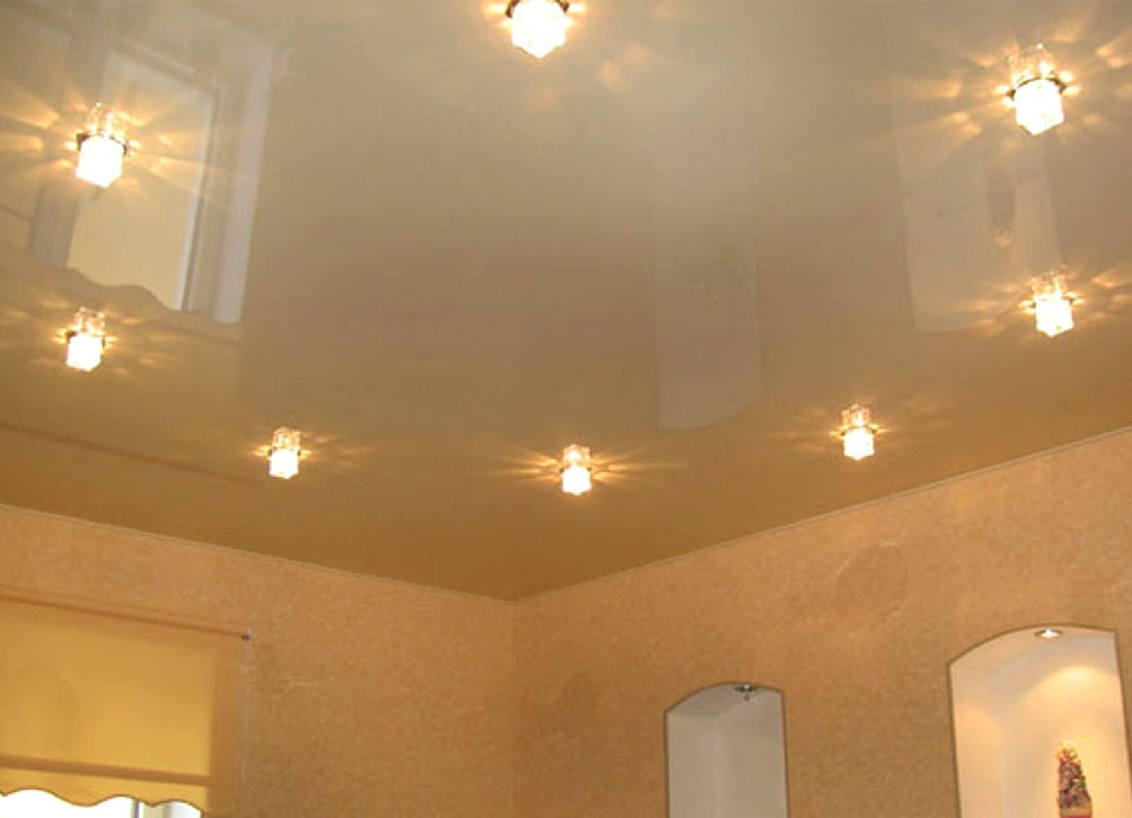Расположение светильников на натяжном потолке: самые актуальные варианты размещения ламп с фото и как расположить точечные лампочки в зале, кухне и спальне