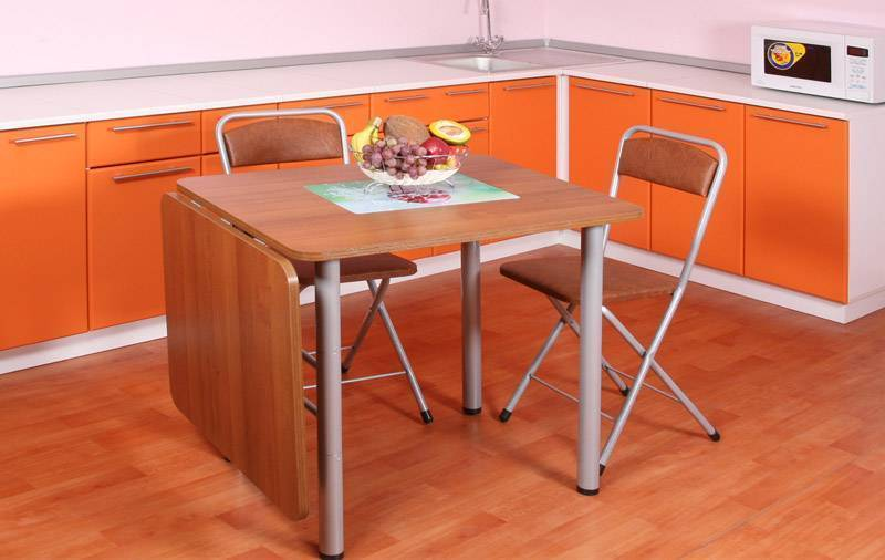Обеденный стол для маленькой кухни: какой лучше выбрать?