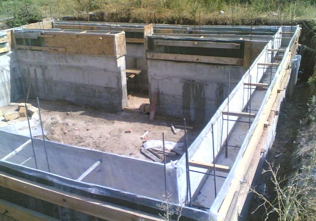 Плитный фундамент с цокольным этажом: особенности строительства