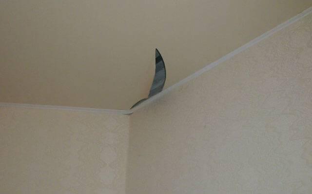 Как в натяжном потолке качественно заделать дырку