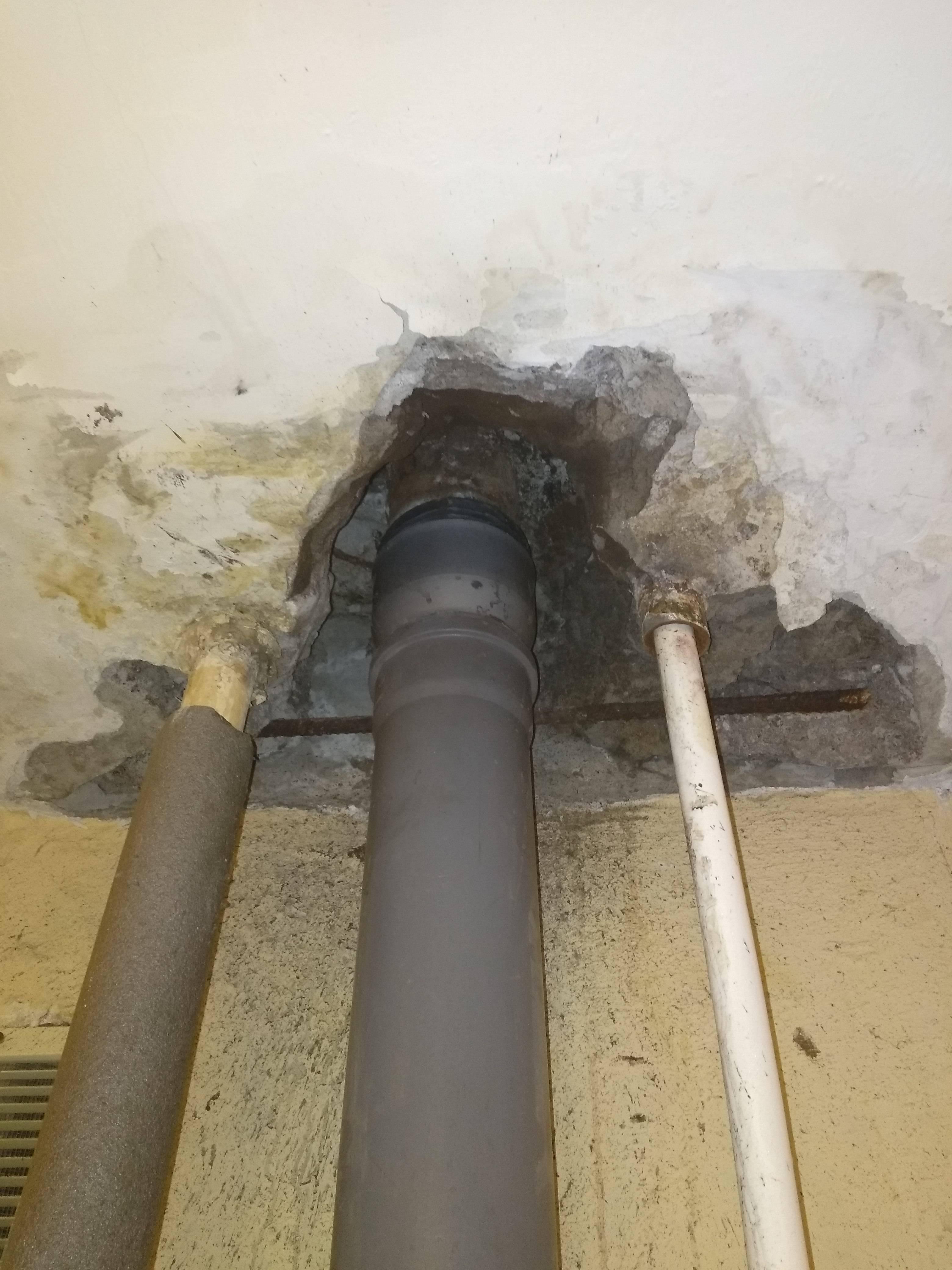 Как заделать дыру в потолке из бетона и запенить монтажной пеной, замазать около трубы