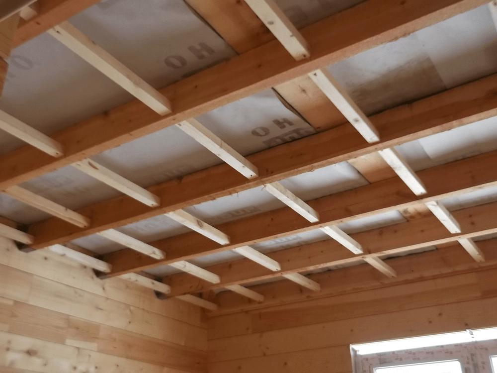 Как выровнять потолок в деревянном доме - постройка