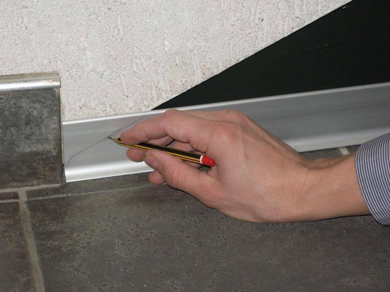 Как крепить плинтус к столешнице на кухне: устанавливаем своими руками по инструкции ivd.ru
