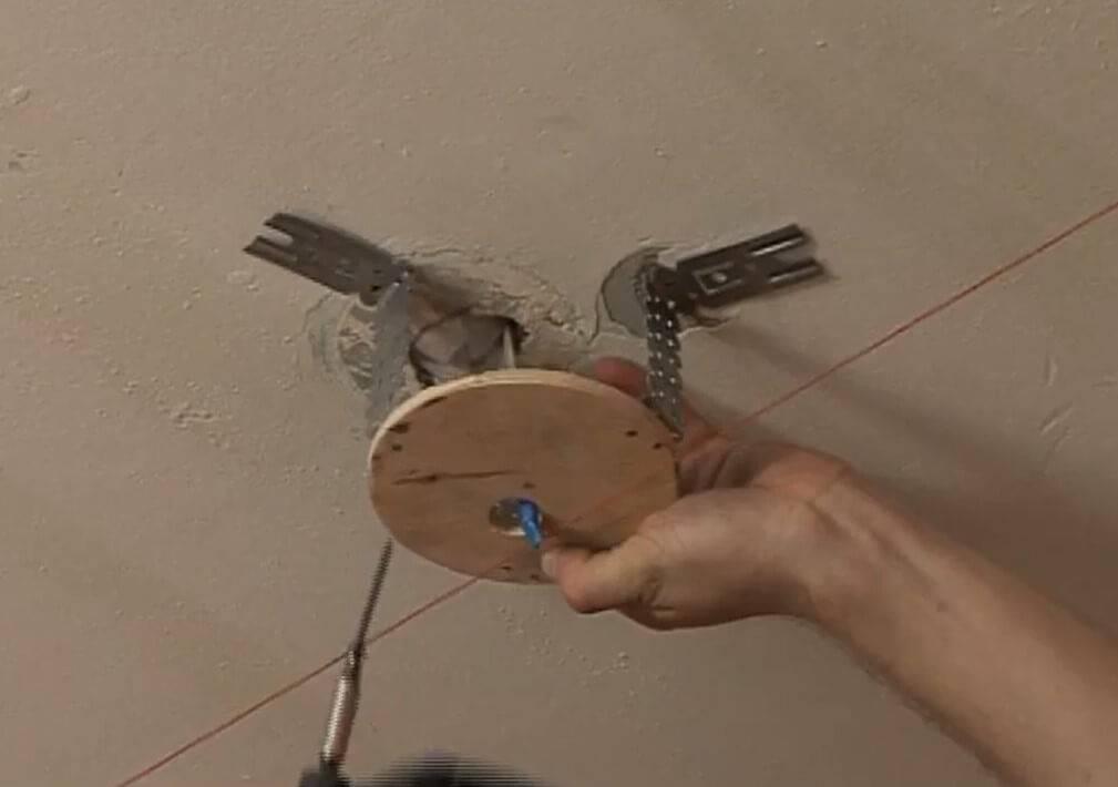 Как правильно повесить люстру на натяжной потолок своими руками, какие виды лучше использовать, видео и прочее