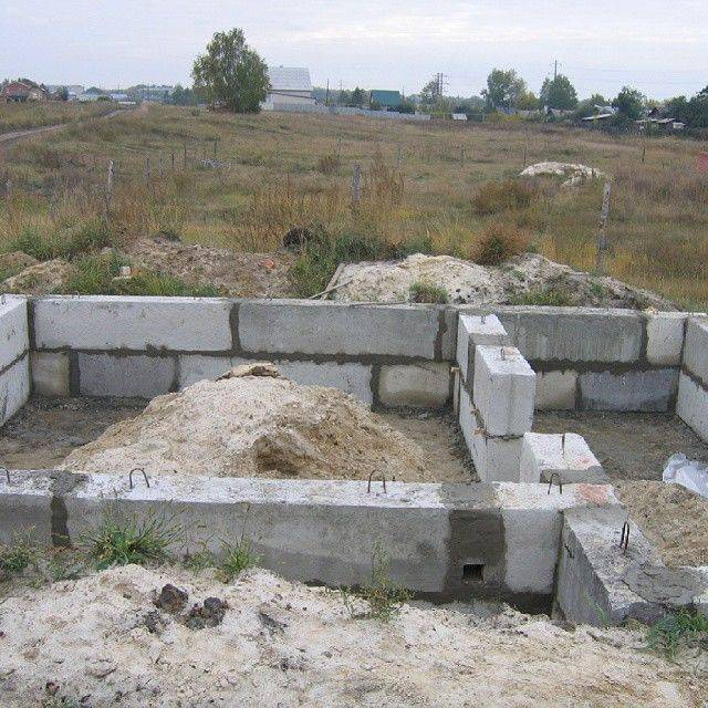 Что нам стоит дом построить: фундамент из блоков своими руками