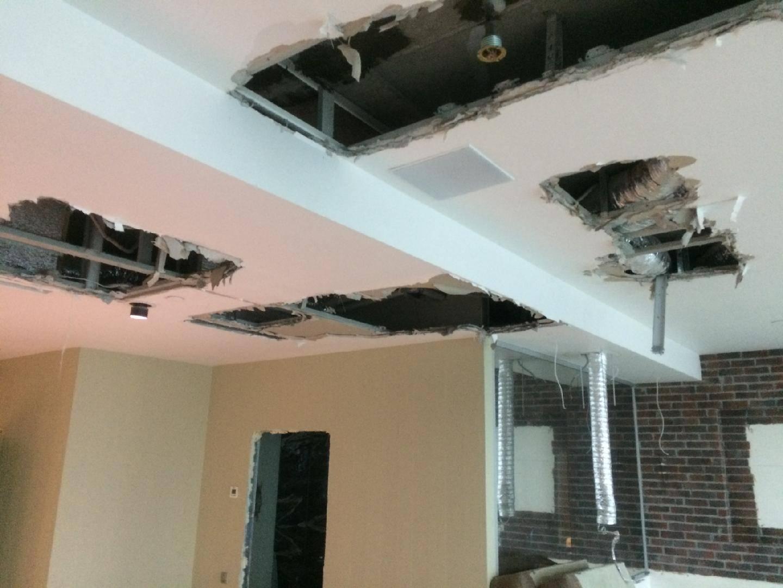 Как разобрать гипсокартонный потолок и стоимость демонтажа - журнал строителя
