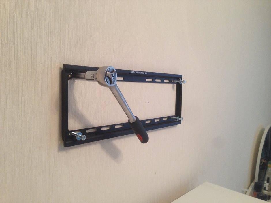 Как правильно повесить телевизор на стену с помощью кронштейна своими руками: на что крепить, установка в угол комнаты, нюансы монтажа, фото, видео