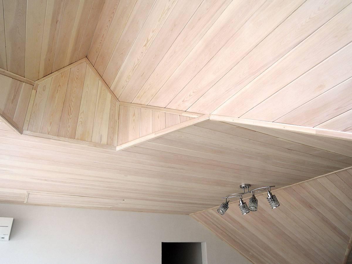 Как подшивать вагонкой потолок, в том числе в деревянном доме, и крышу, какие инструменты понадобятся для процедуры и как правильно ухаживать за материалом?