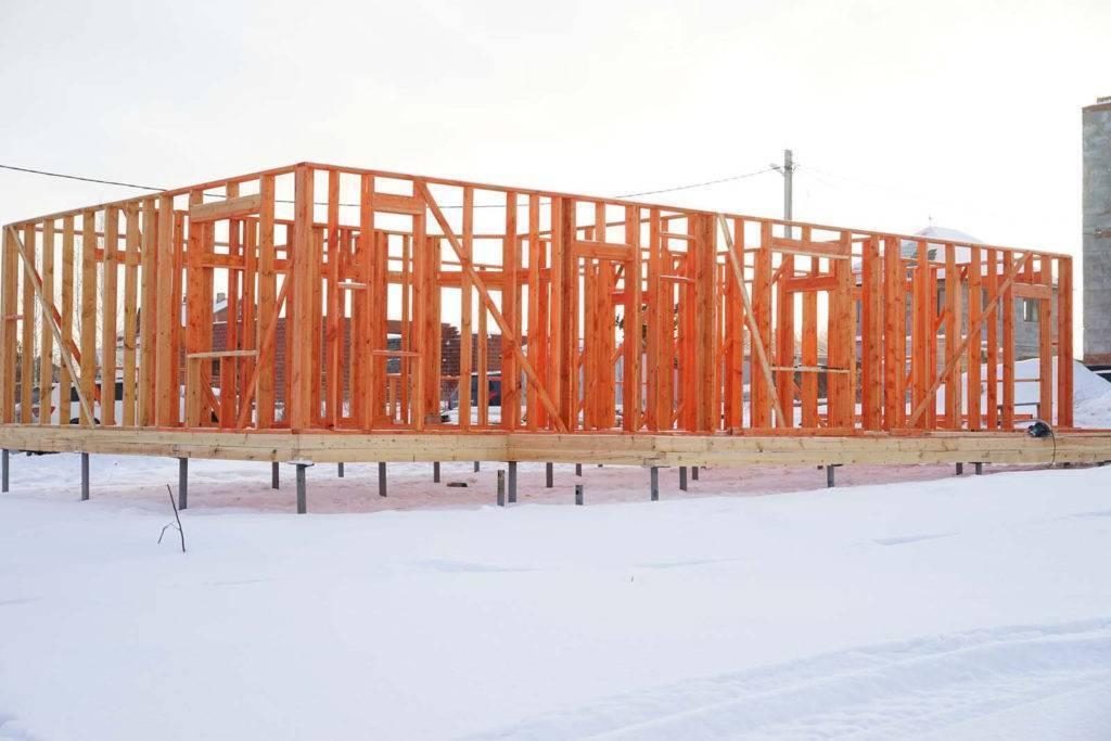 Строительство каркасного дома зимой. преимущества и минусы строительства каркасного дома в зимний период