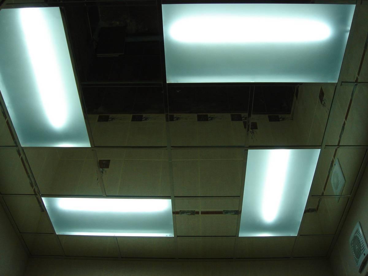 Стеклянный потолок: зеркальный в ванной и подвесной с подсветкой в спальне