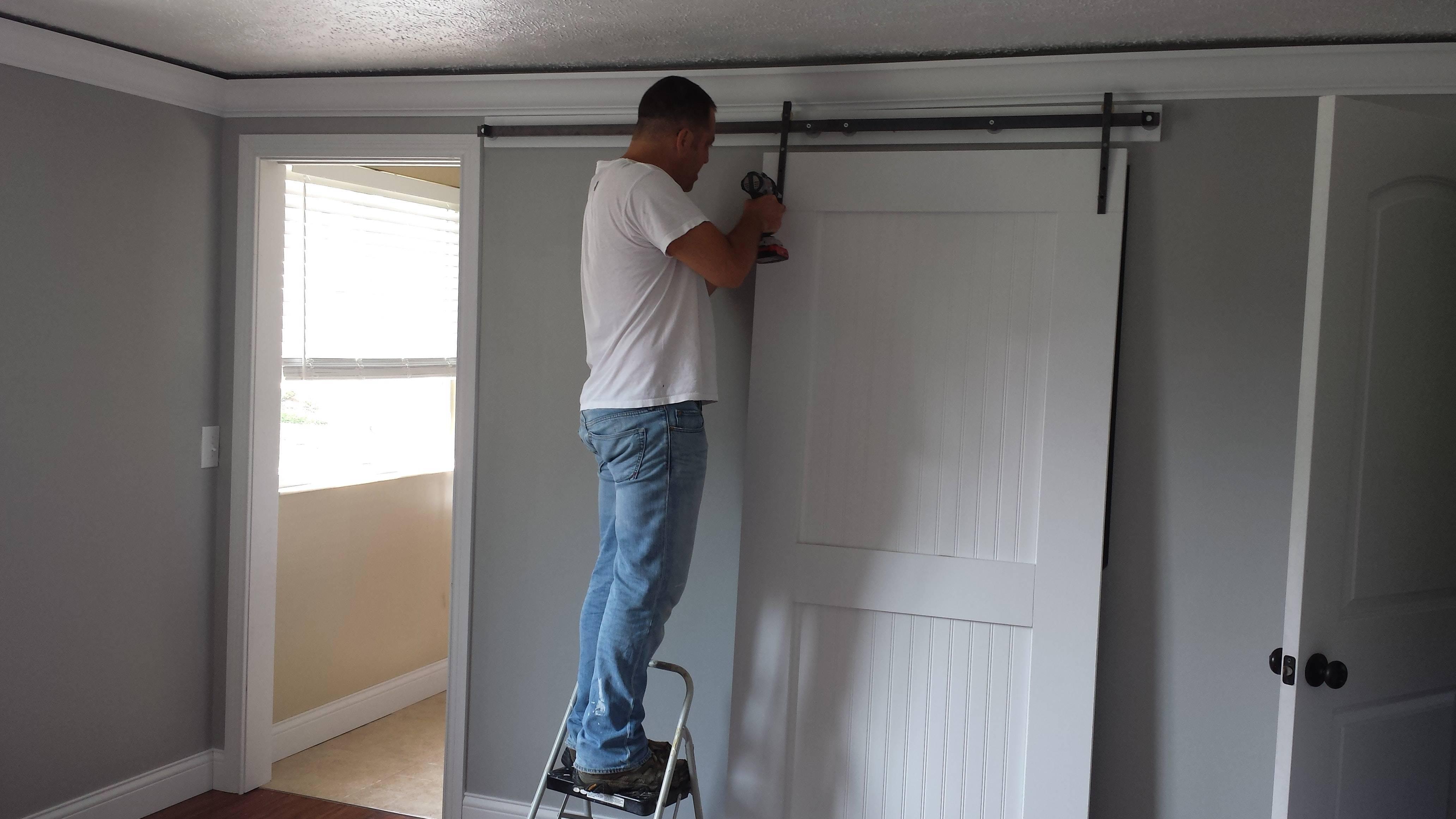 Установка раздвижных межкомнатных дверей своими руками — видео инструкция