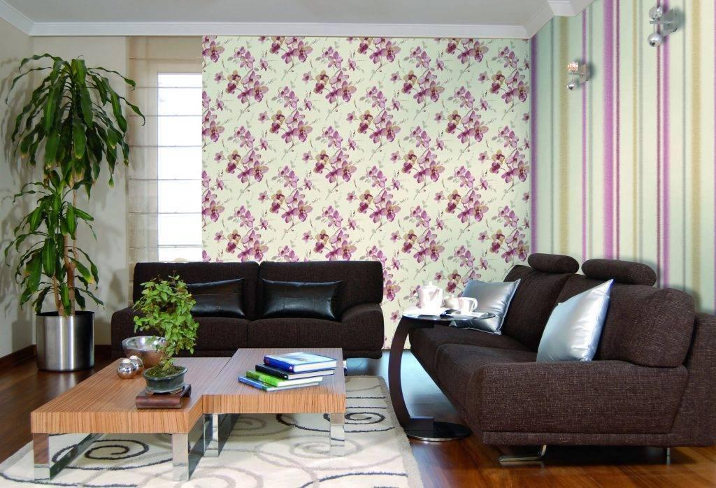 Сочетание обоев в гостиной: фото, примеры, возможности