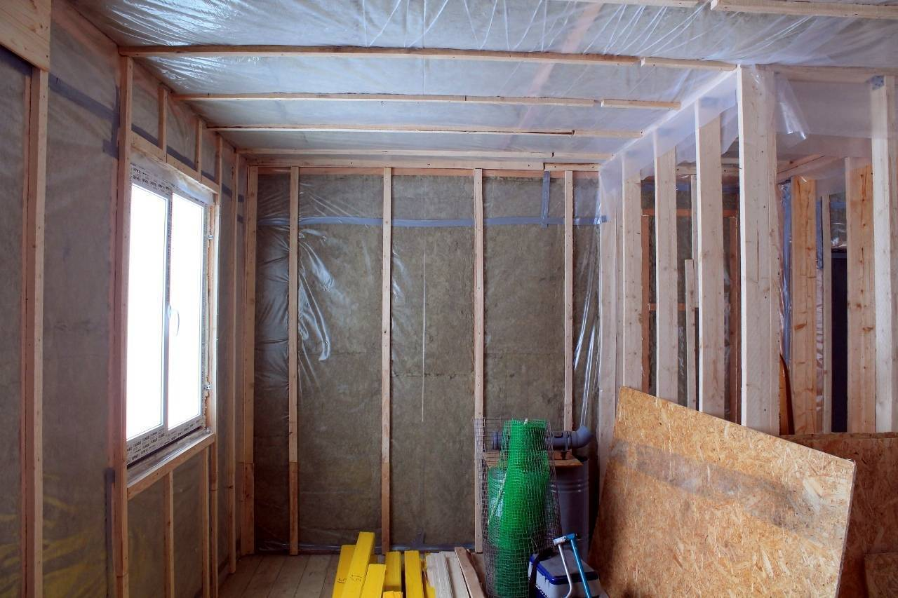 Гипсокартон, обшивка стен из кирпича или бетона: как проводится отделка в квартире или снаружи дома, как правильно монтировать каркас и клеить листы гкл на потолок и стены