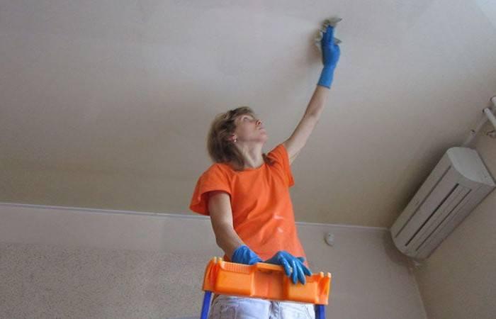 Отмываем натяжной потолок на кухне от копоти и желтизны: чем это лучше сделать?