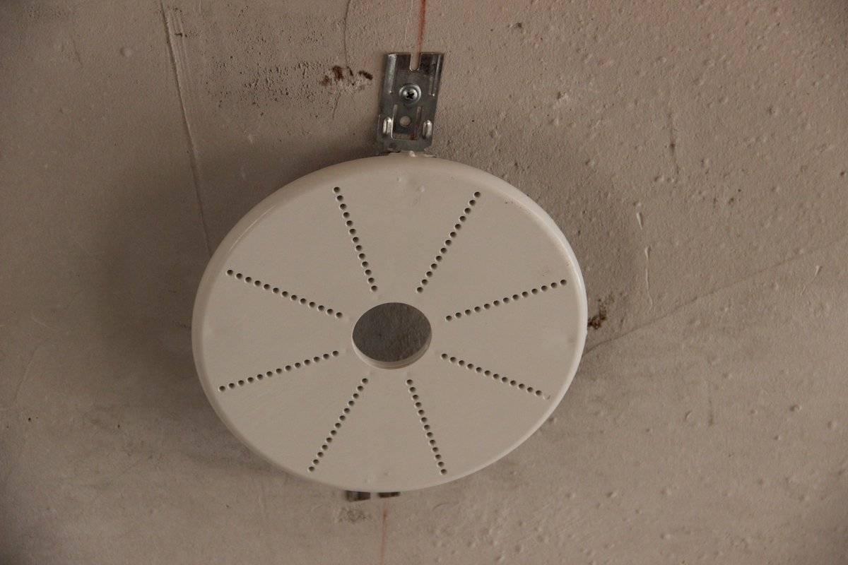 Крепление люстры к натяжному потолку: выбор люстры, установка на крюк, планку или монтажную пластину, крестообразную планку