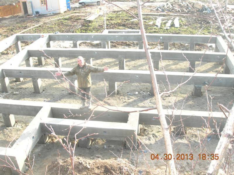 Фундамент на склоне (28 фото): проекты домов с цокольным этажом, ленточный и ступенчатый варианты для участка с уклоном