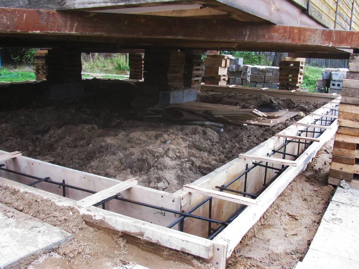 Замена фундамента под старым домом из дерева