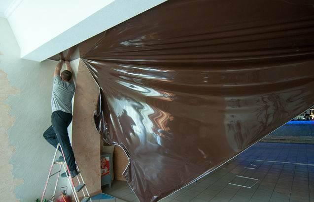 Как снять натяжной потолок | причины демонтажа. рекомендации.