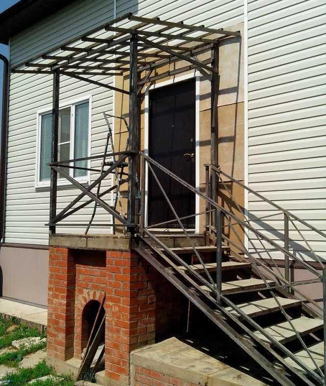 Крыльцо для частного дома - как сделать своими руками, из металла, дерева, кирпича, кованное, из бетона, варианты с поликарбонатом, козырьком, навесом, строительство ступеней, проекты + фото и видео