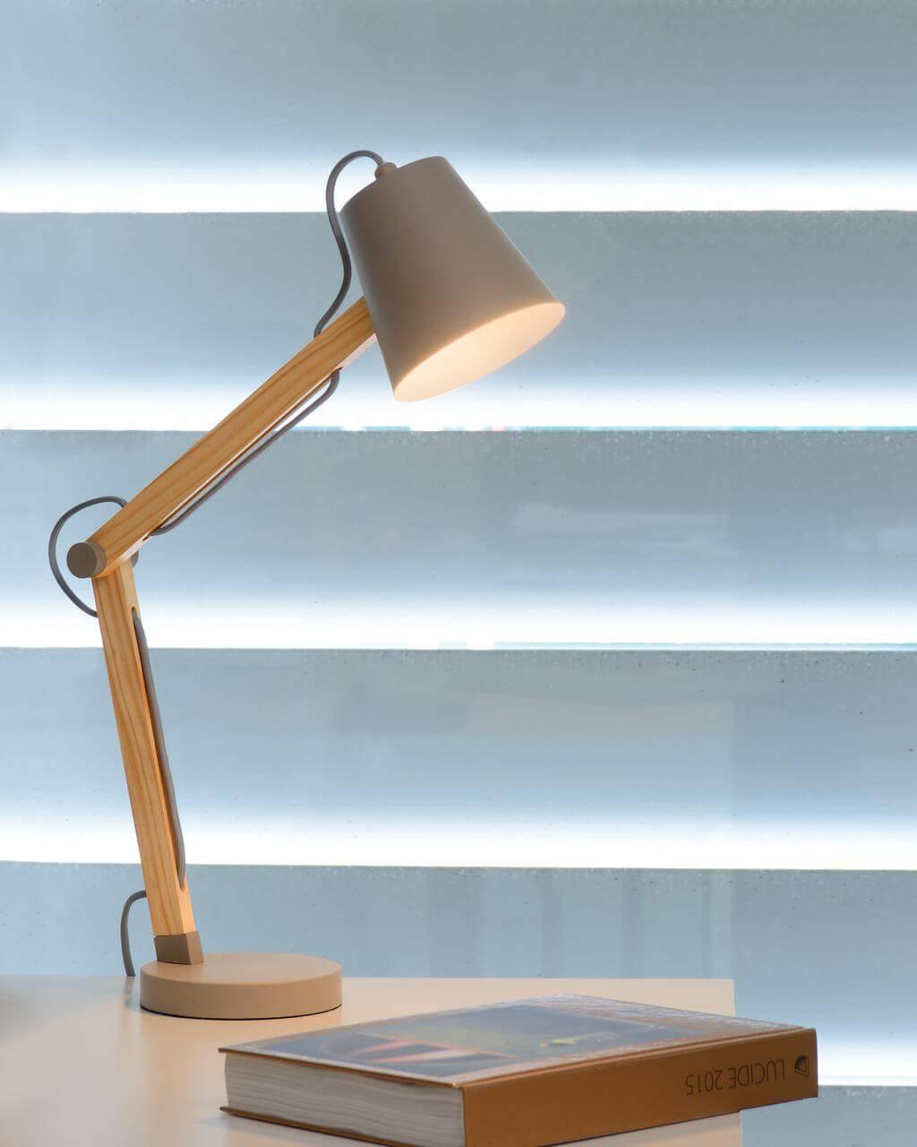 Подробно о выборе настольной лампы для офиса