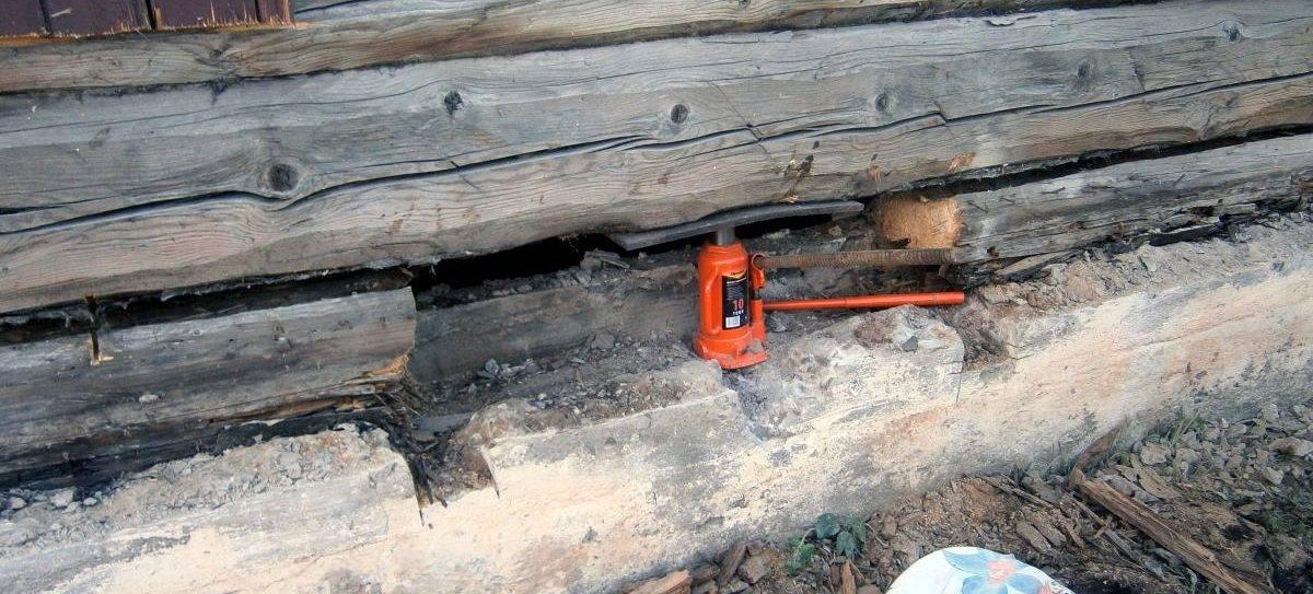 Как поднять деревянный дом самостоятельно без помощи специалистов?