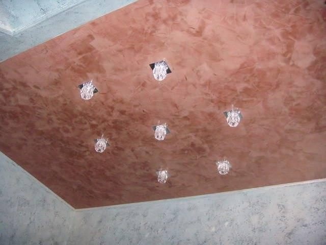 Фактурный потолок своими руками: свойства декоративной штукатурки, технология и как сделать, как наносить раствор, можно ли брать обычную шпаклевку, как покрасить?