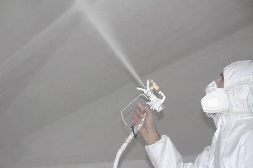 Правильная покраска потолка водоэмульсионной краской — валиком, краскопультом