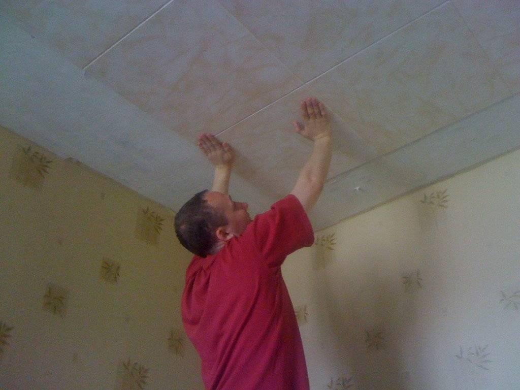 Как приклеить потолочную плитку на побелку - всё о ремонте потолка