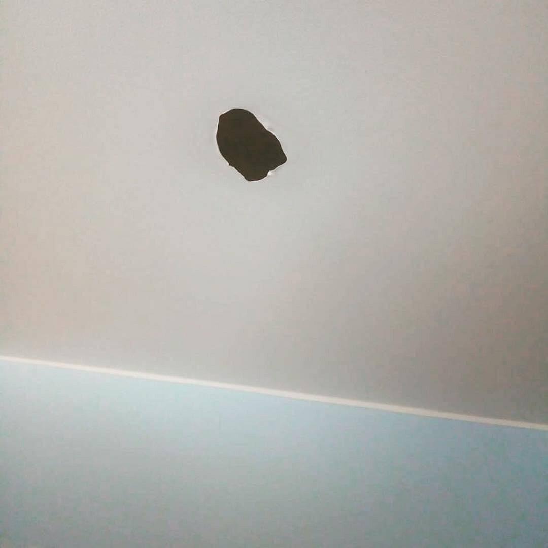 Как заклеить дырку в натяжном потолке: практические советы