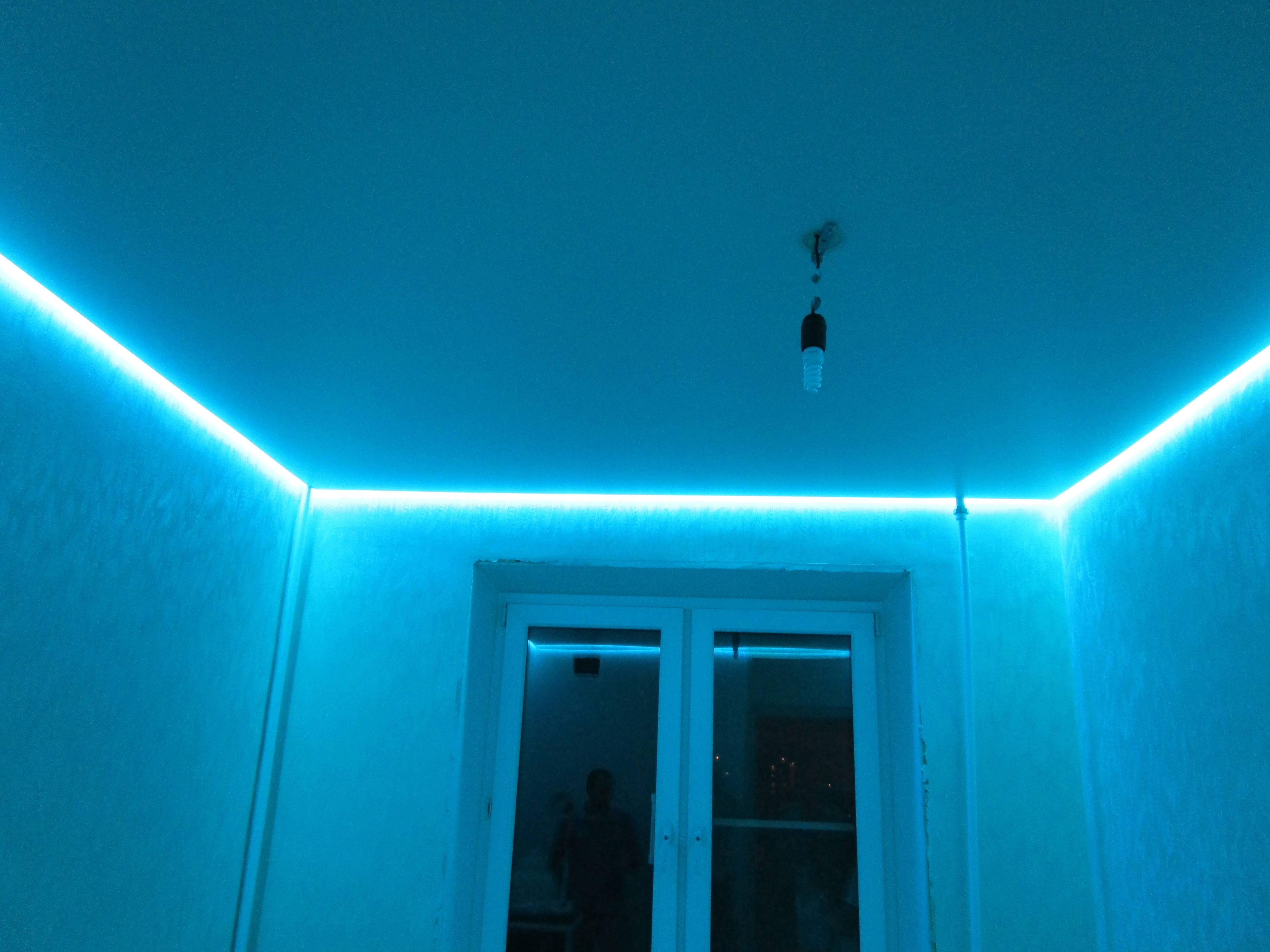 Прозрачный натяжной потолок с подсветкой: фото со светодиодной и цена, монтаж