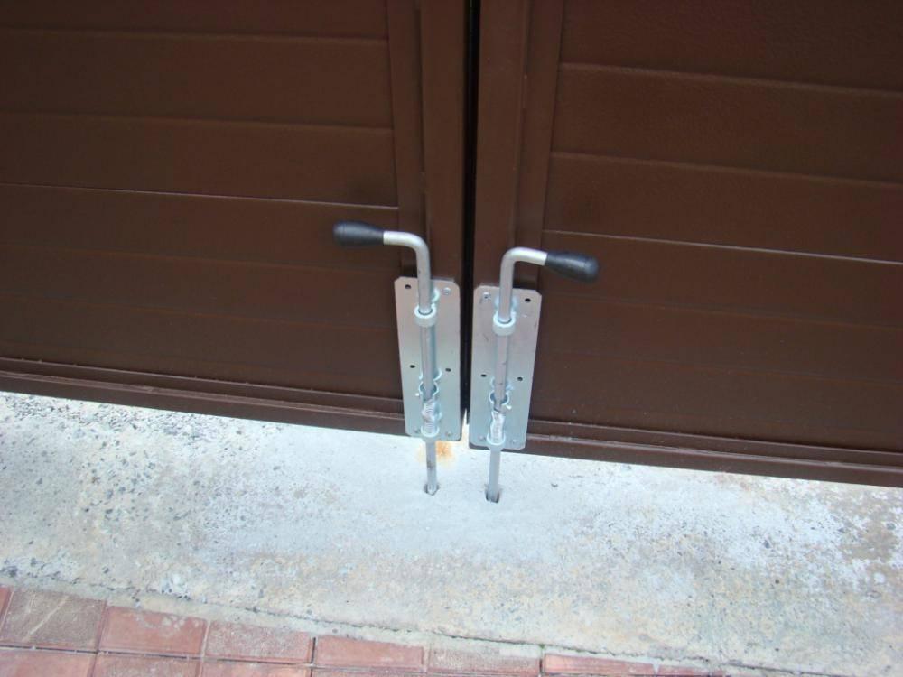 Запоры для ворот и калиток: преграда для непрошеных гостей
