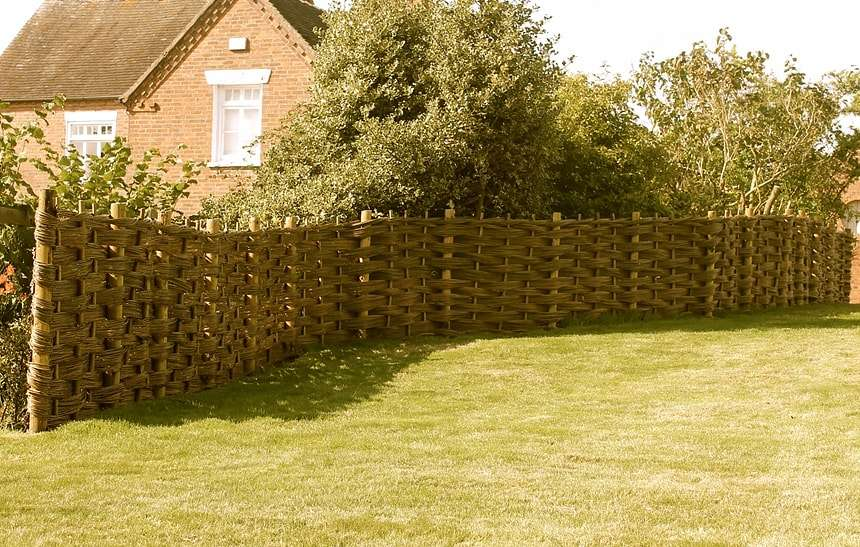 Как сделать самостоятельно плетеный забор: главные секреты и технология