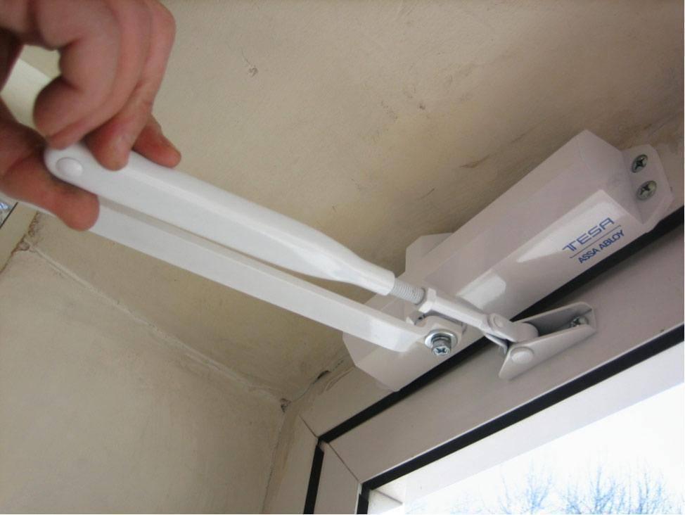 Регулировка усилия закрывания дверного доводчика своими руками: видео, инструкция