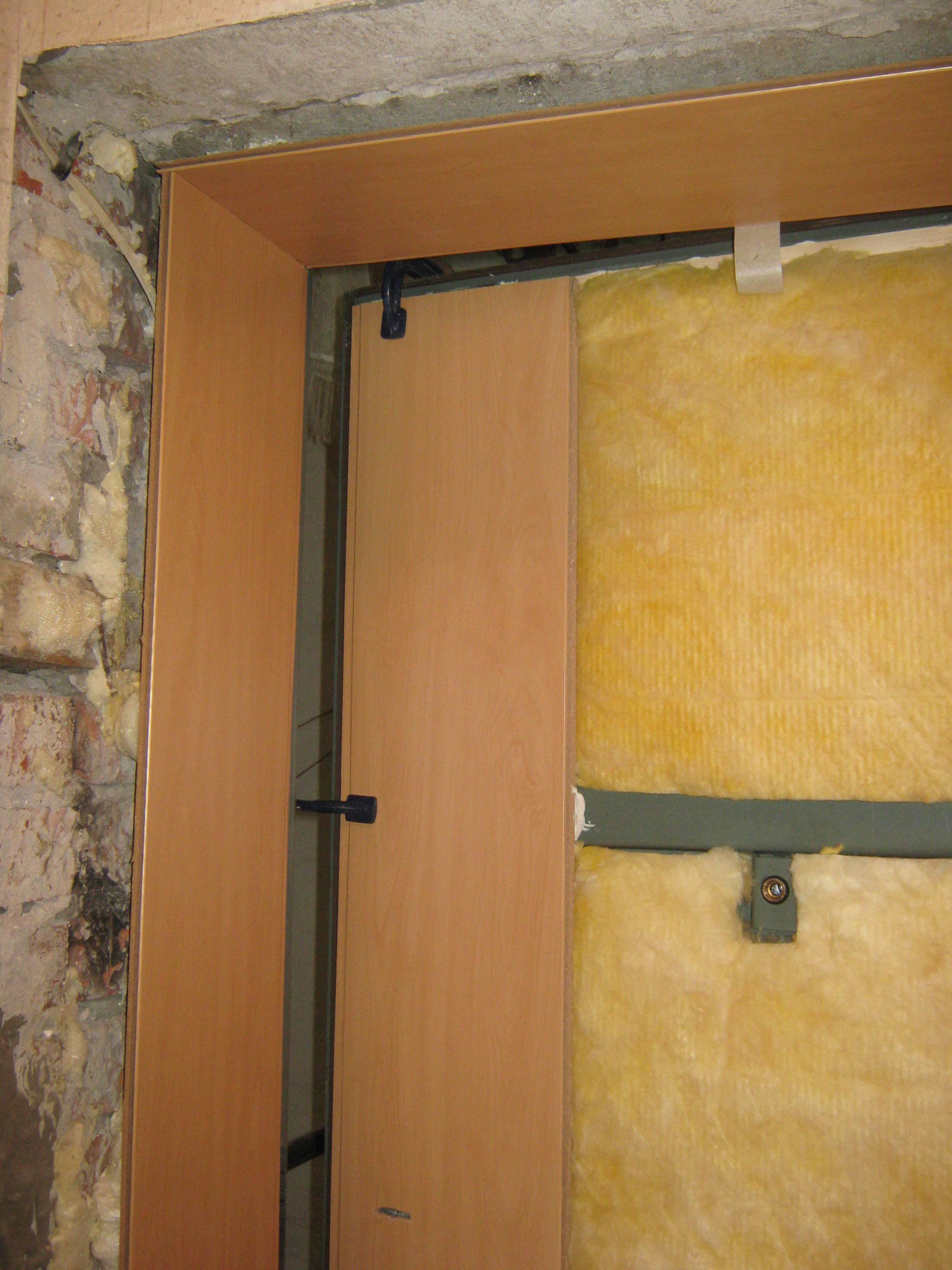 Как установить межкомнатную дверь своими руками?
