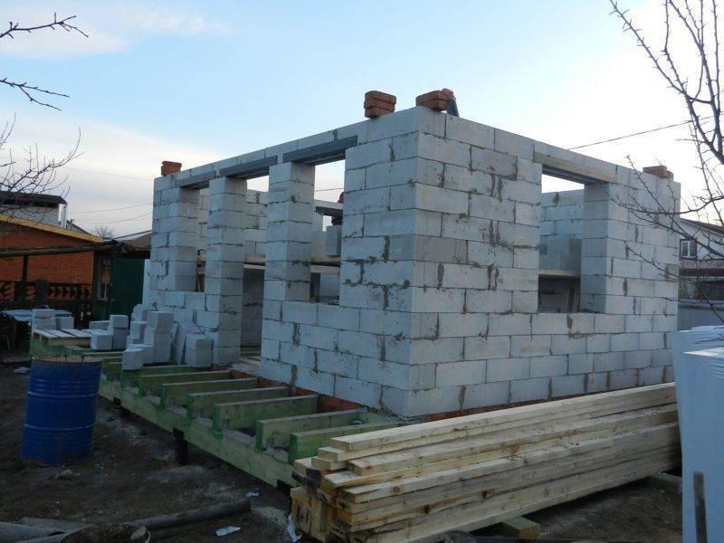 Как построить дом из пеноблоков на винтовых сваях