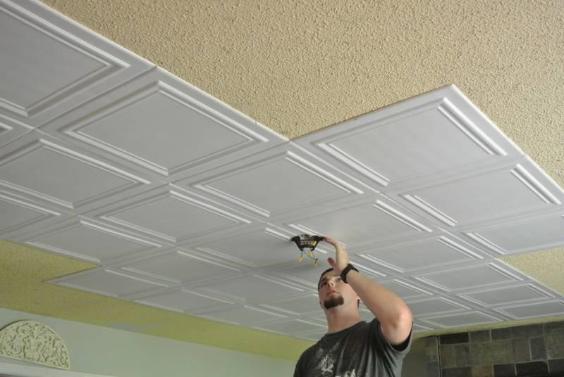 Как поклеить плитку из пенопласта на потолок: пошаговая инструкция с фото и видео