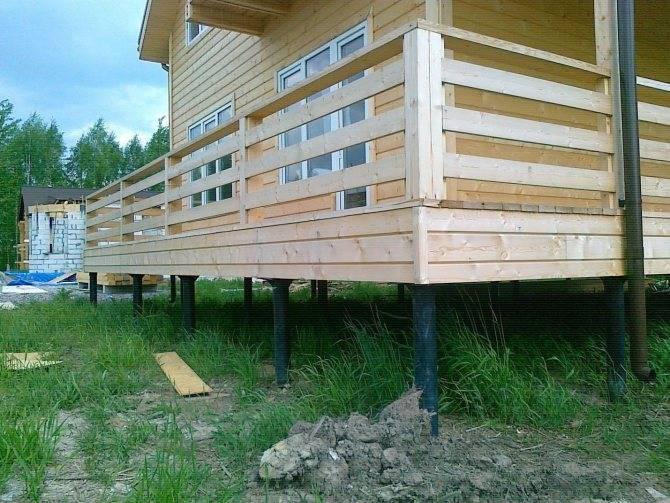 Дом из бруса на винтовых сваях: строительство своими руками