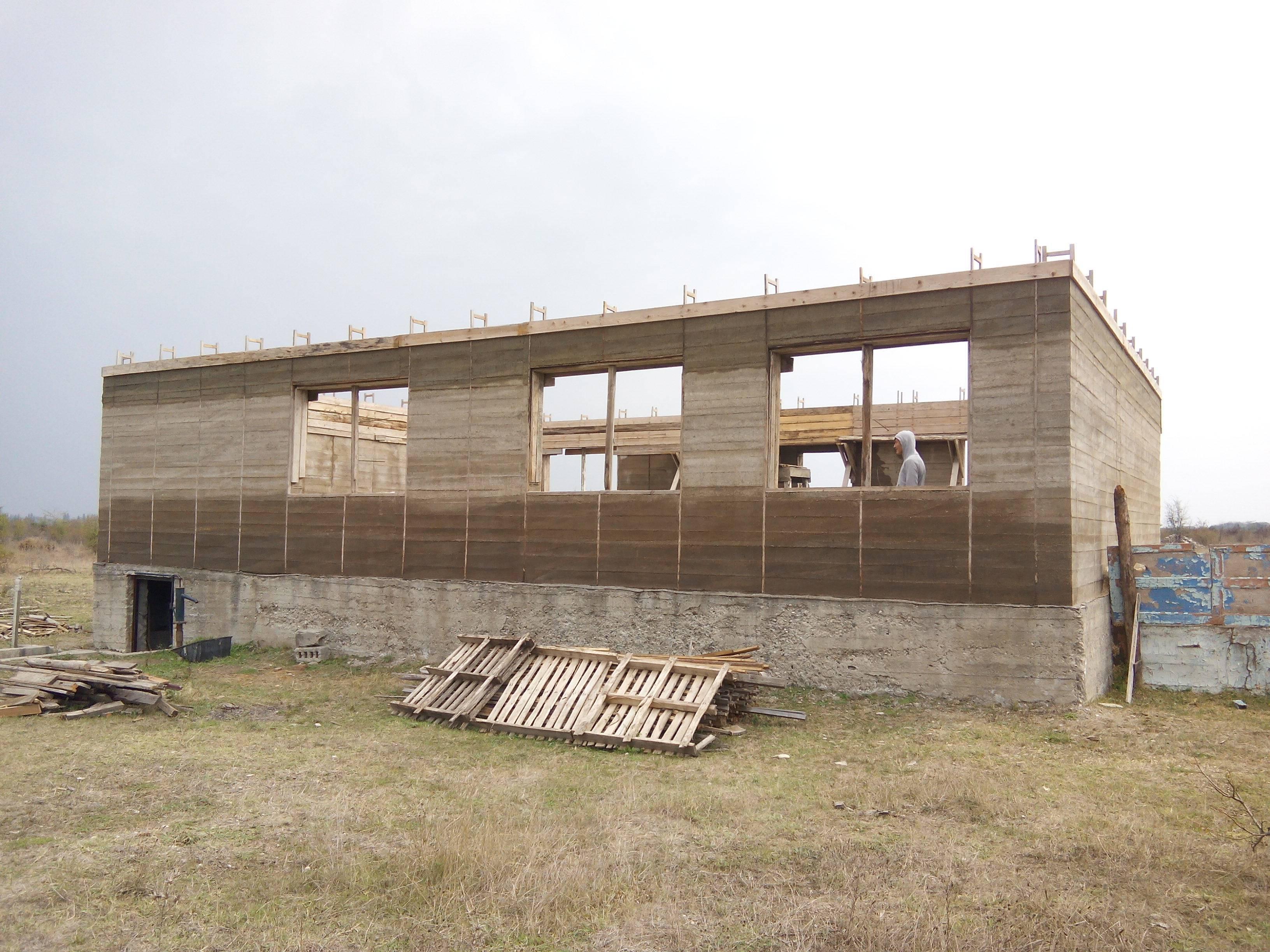 Дом из опилкобетона: изготовление блоков своими руками и возведение монолитных зданий