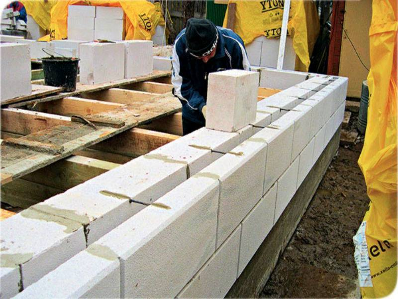 Что лучше подходит для строительства дома: пеноблоки или газоблоки?