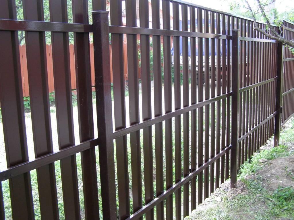 Забор из металлического штакетника — фото аккуратных ограждений