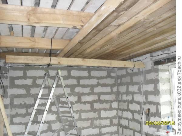Потолок в деревянном доме – пошаговая инструкция по отделке своими руками