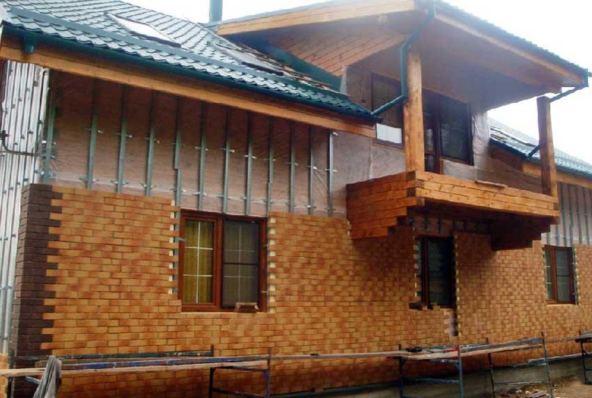 Как обложить кирпичом деревянный дом — правила выполнения работ