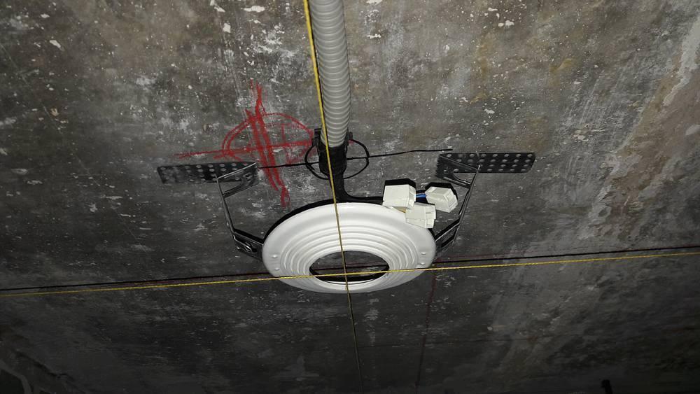 Монтаж люстры на натяжной потолок, как повесить люстру