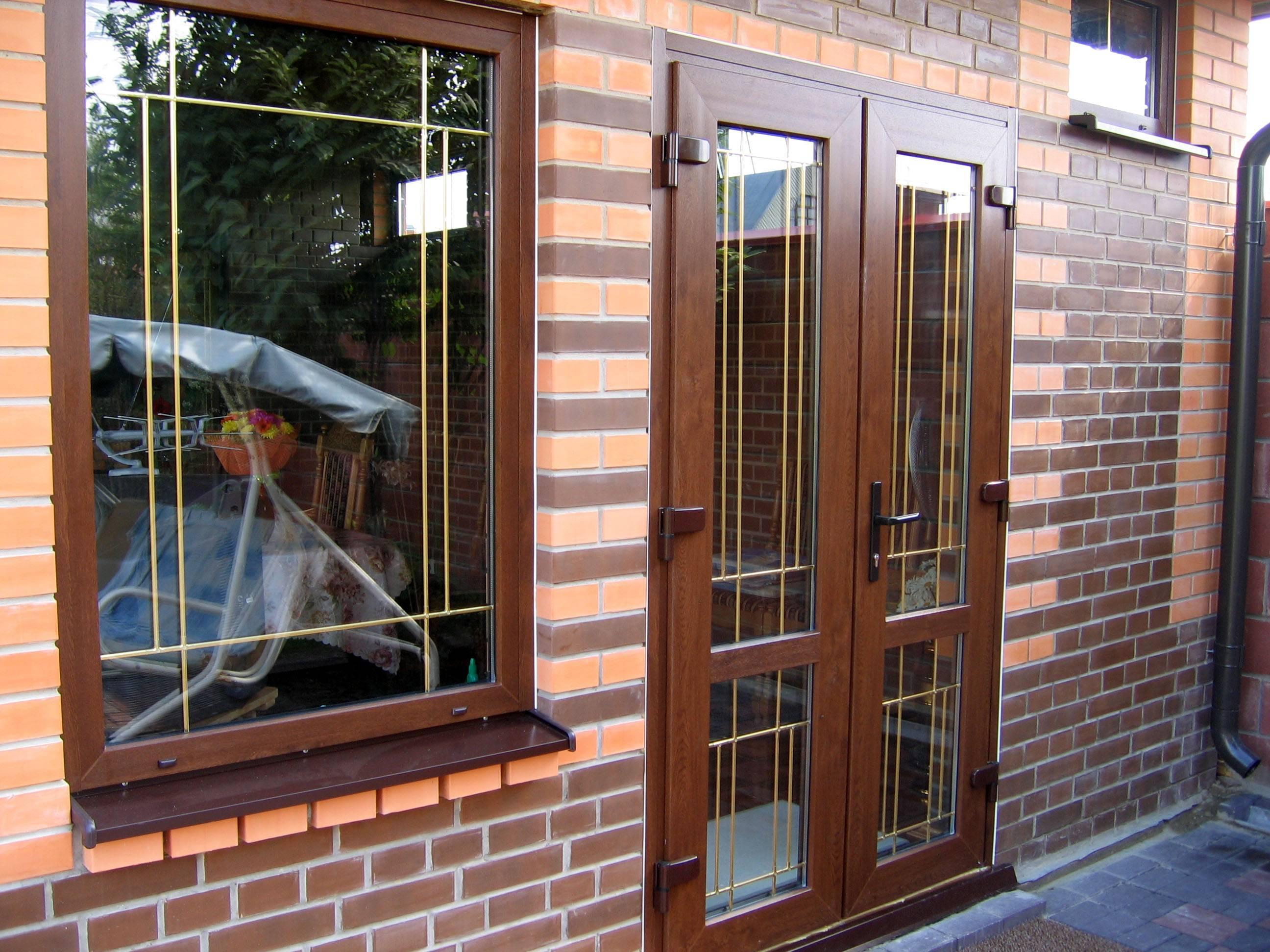 Входные пластиковые двери в частный дом, коттедж